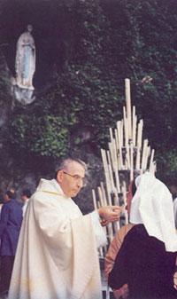 Albino Luciani (Jean-Paul Ier) donnant la communion devant la grotte de Lourdes. Faites Pénitence!