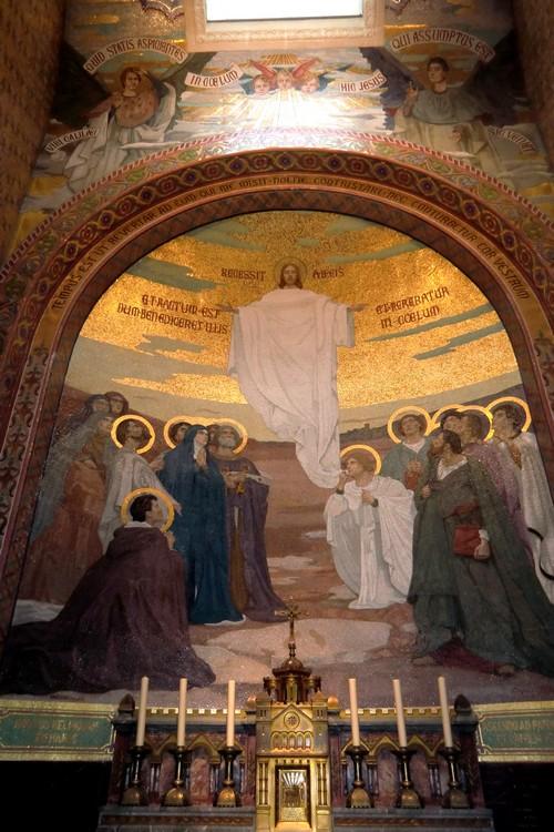 Jésus monte au Ciel et va s'asseoir triomphalement à la droite de Dieu le Père.